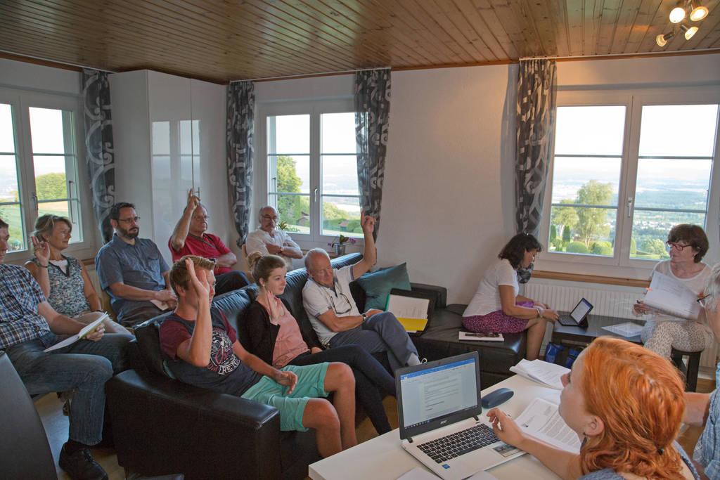10 Personen oder 38,5% in der Gemeindeversammlungs-Stube: Von einer solchen Beteiligung können die meisten Gemeinden in der Schweiz nur träumen.