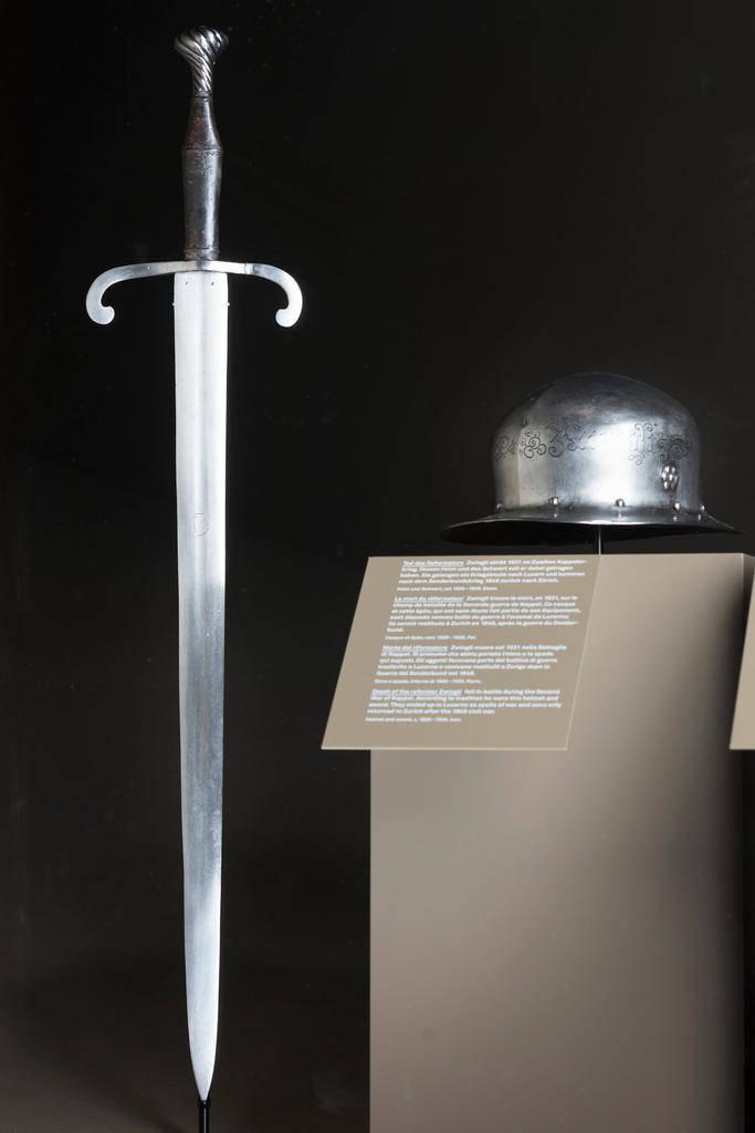 Ce casque et cette épée auraient été portés par Zwingli lors de sa mort à la bataille de Kappel. (Keystone)