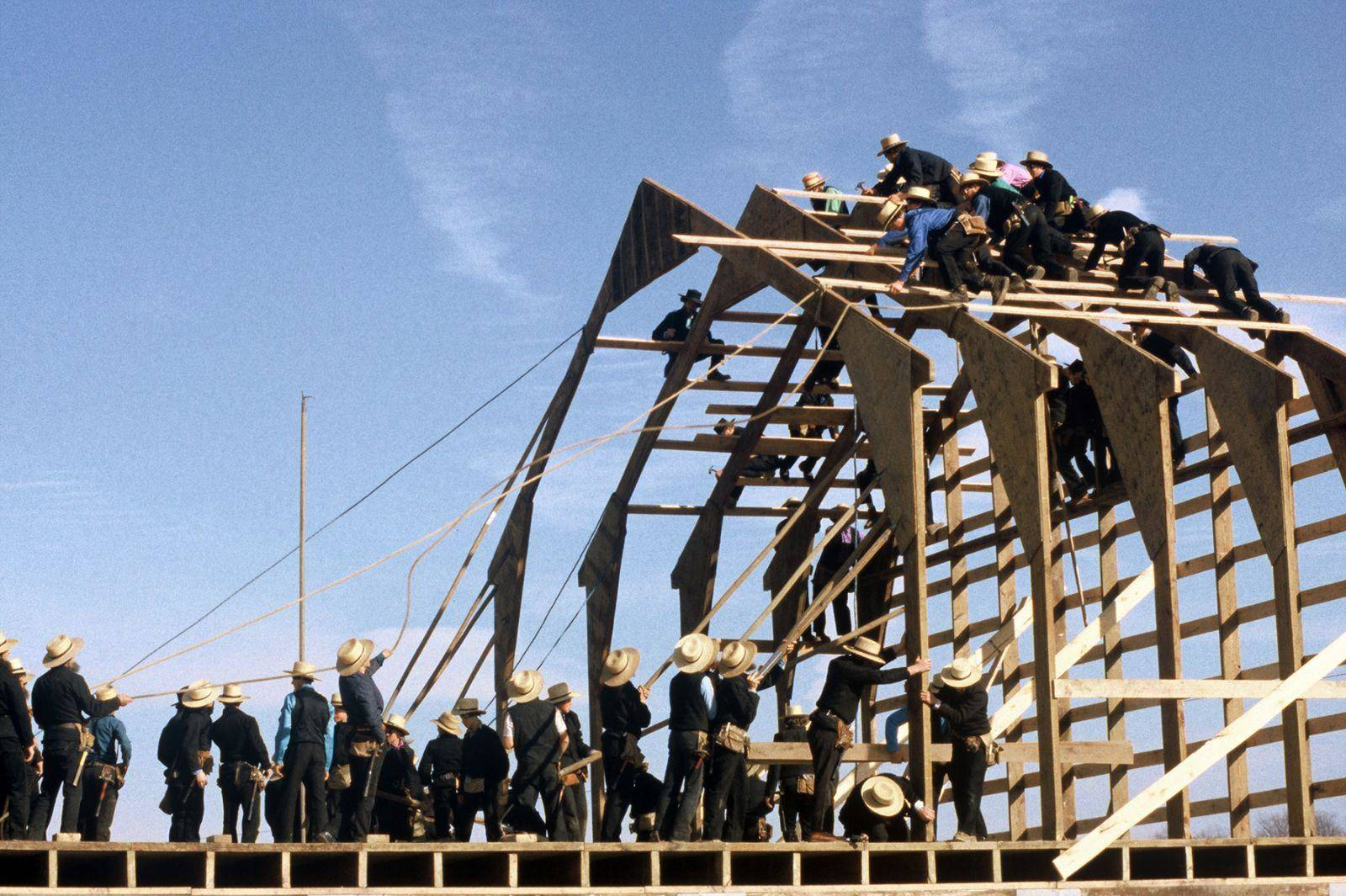 Construction d'une ferme par des Amishes aux Etats-Unis. (DiscoverLancaster.com / Terry Ross)