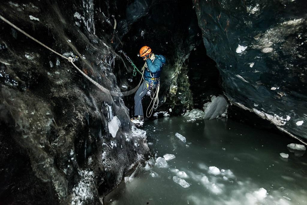 Nous sommes parvenus jusqu'au niveau de l'eau. Nous progressons accrochés à la corde alors que des morceaux de glace flottent dans le passage.