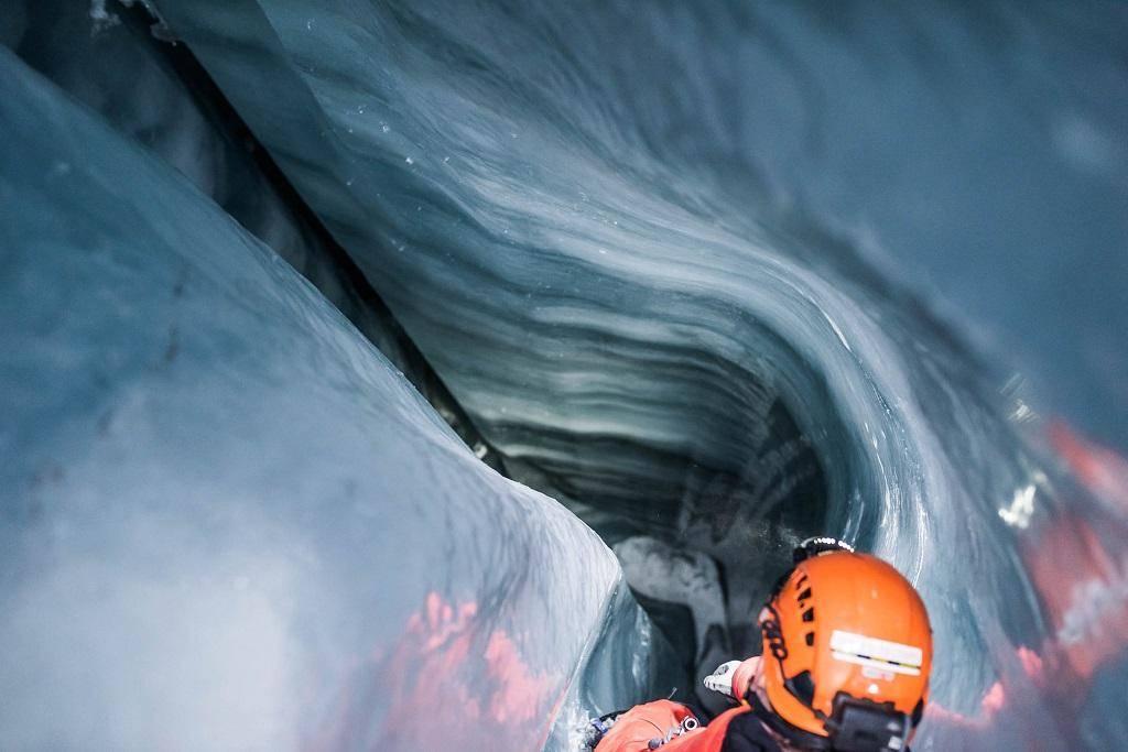 Pelos poços verticais descemos às profundezas da geleira. Em algum momento, chega-se ao chão de pedra, mas até hoje nenhuma pessoa chegou tão longe.