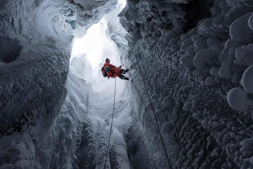 Летом через эту шахту вытекает вода, зимной она на короткое время оказывается доступной для людей.