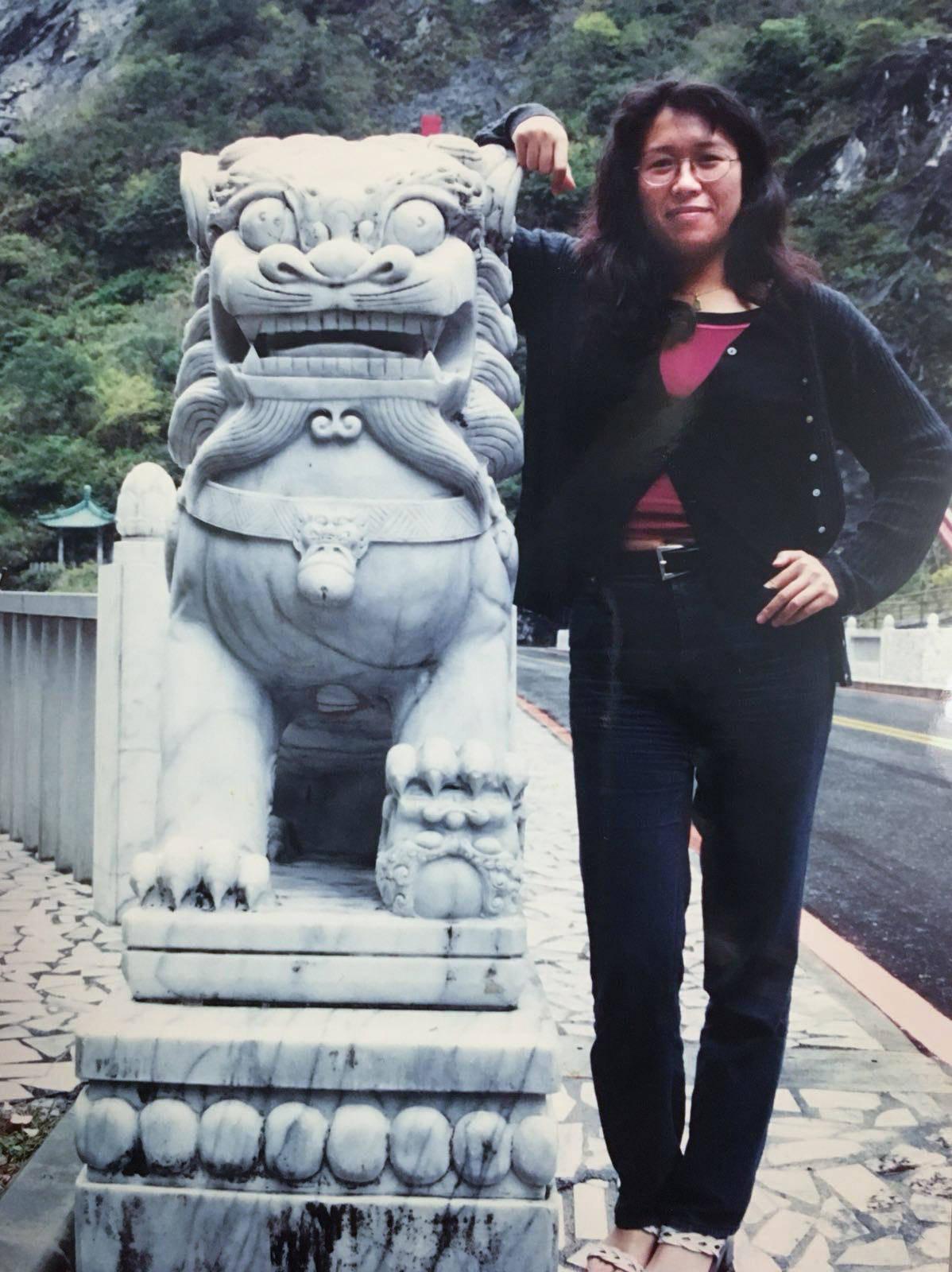 1998年秋、ジェニさんはまだ台北で事務職の仕事をしていた。当時、料理はあまりしなかった。台湾北東部の太魯閣(タロコ)国家公園にて撮影