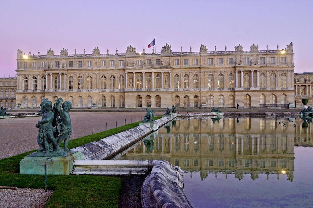 Das Schloss von Versailles, eigentliches Symbol der Idee des Absolutismus, sah auch die Aufhebung des Ediktes von Nantes, das protestantische Gottesdienste in Frankreich erlaubte.