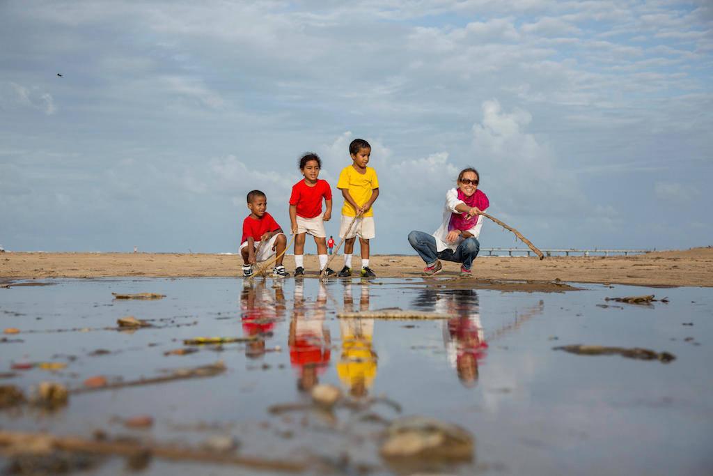Ein wenig Spass am Strand, bevor es zurück nach Hause zu den Schulaufgaben geht.
