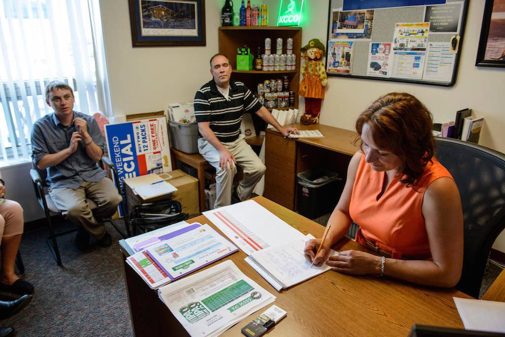 Ogni lunedì mattina, la squadra di vendita s'incontra nell'ufficio per pianificare le attività della settimana.