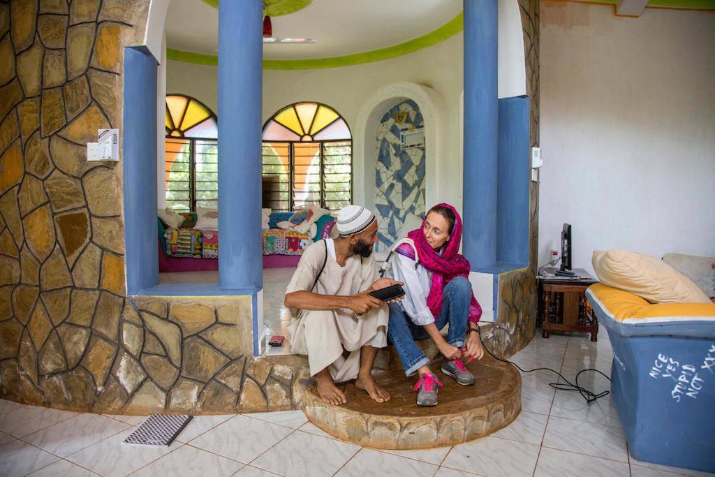 O assistente Shueb (esq.) e Khalila antes de sair para fazer compras.