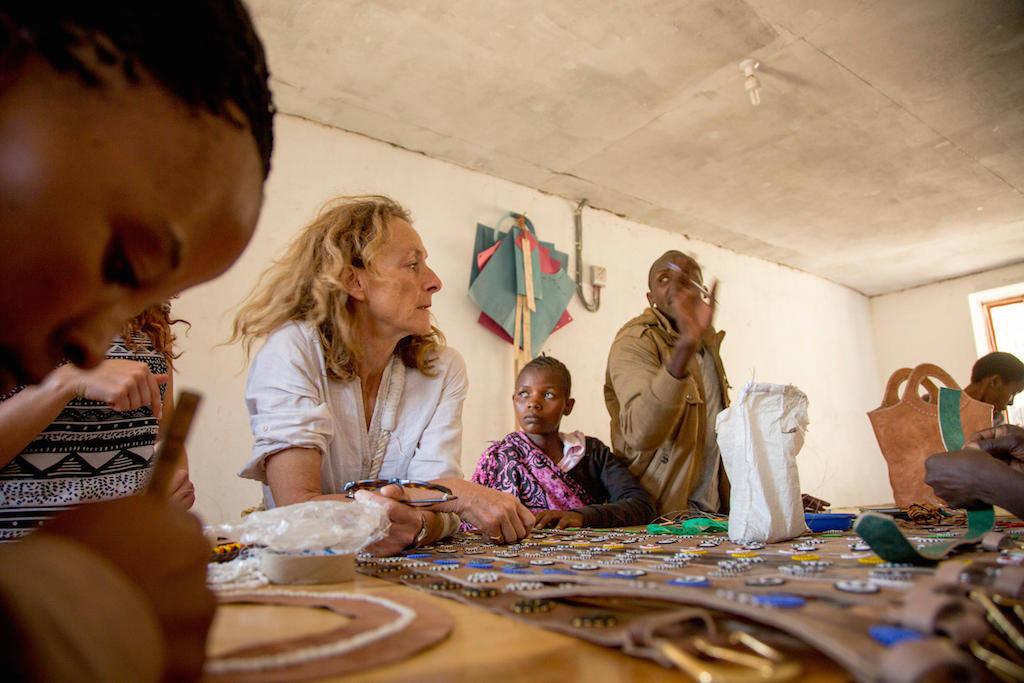 Discussão com as artesãs no novo ateliê de couro em Mkuru.