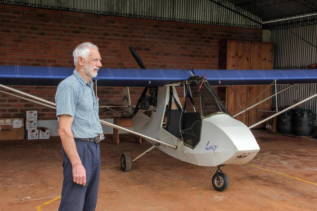 ハンスさんは小型飛行機で保護区域一帯を見回り、違法な行為が行われていないか監視している