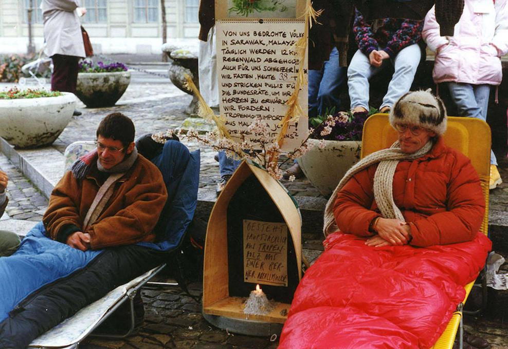 熱帯木材の輸入中止を訴え、環境保護活動家のマーティン・ヴォッセラー氏と共にハンガー・ストライキを行うマンサー氏、1993年、ベルンにて