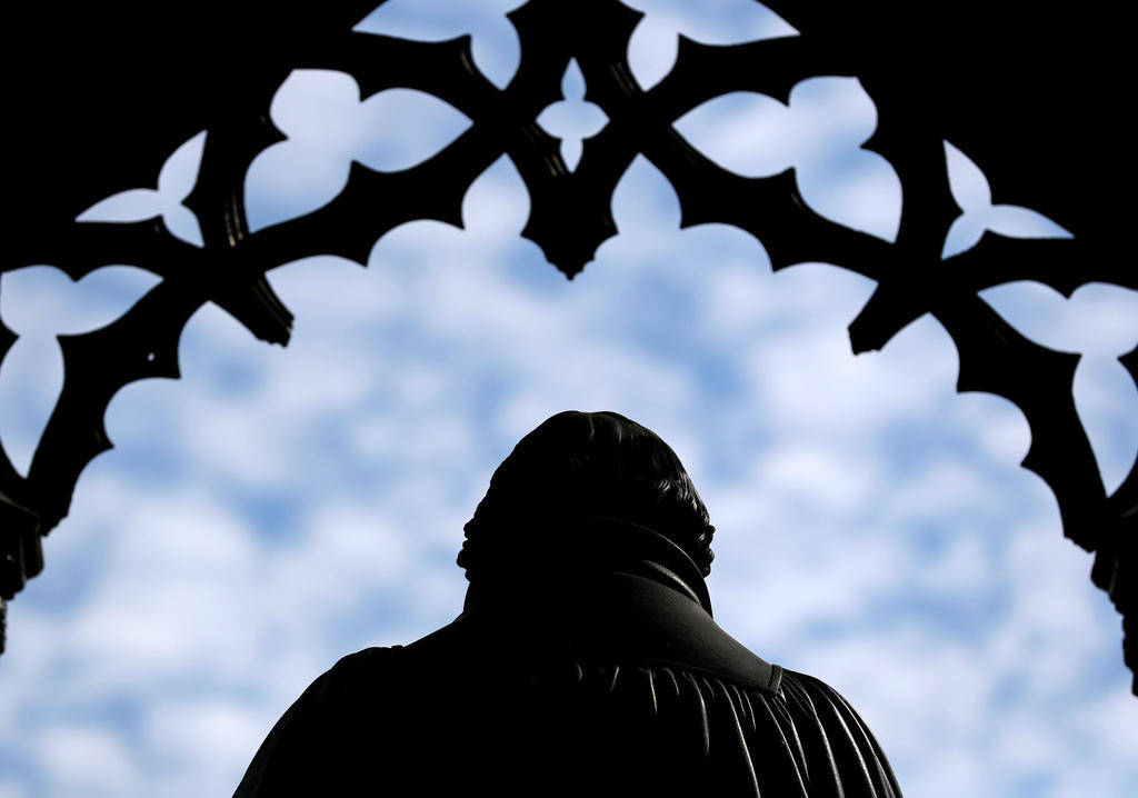 Статуя Лютера взирает на рыночную площадь Виттенберга — города, где всё началось.