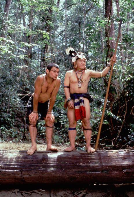 برونو مانسر برفقة زعيم قبيلة بينان ألونغ سيغا.