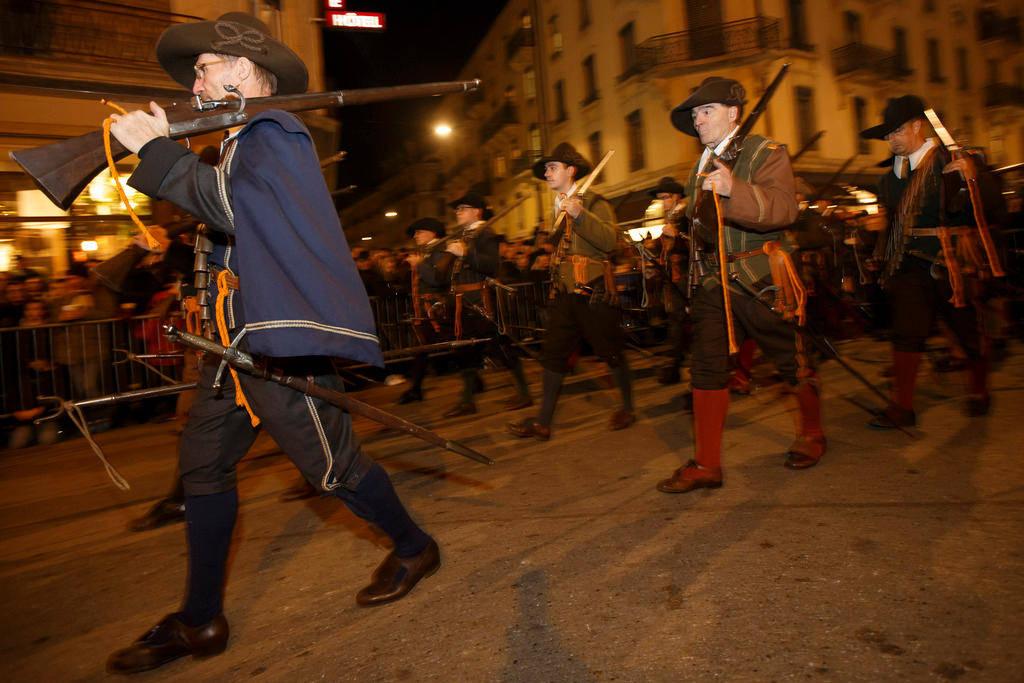 """في كل عام يحتفل السكان في إطار """"أعياد لاسكالاد (التسلق) L'Escalade"""" بمقاومة أسلافهم الظافرة ضد القوات الكاثوليكية التابعة لدوق لدوق سافوا Savoie (مقاطعة فرنسية مُجاورة لكانتون جنيف)."""