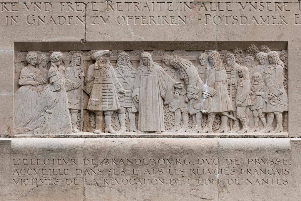 يُظهر هذا المُجسّم المنحوت على جدار الإصلاح في جنيف استقبال لاجئي الهوغونوتيون (وهم أعضاء كنيسة فرنسا الإصلاحية البروتستانتية خلال القرنين السادس عشر والسابع عش) في مقاطعة بروسيا.