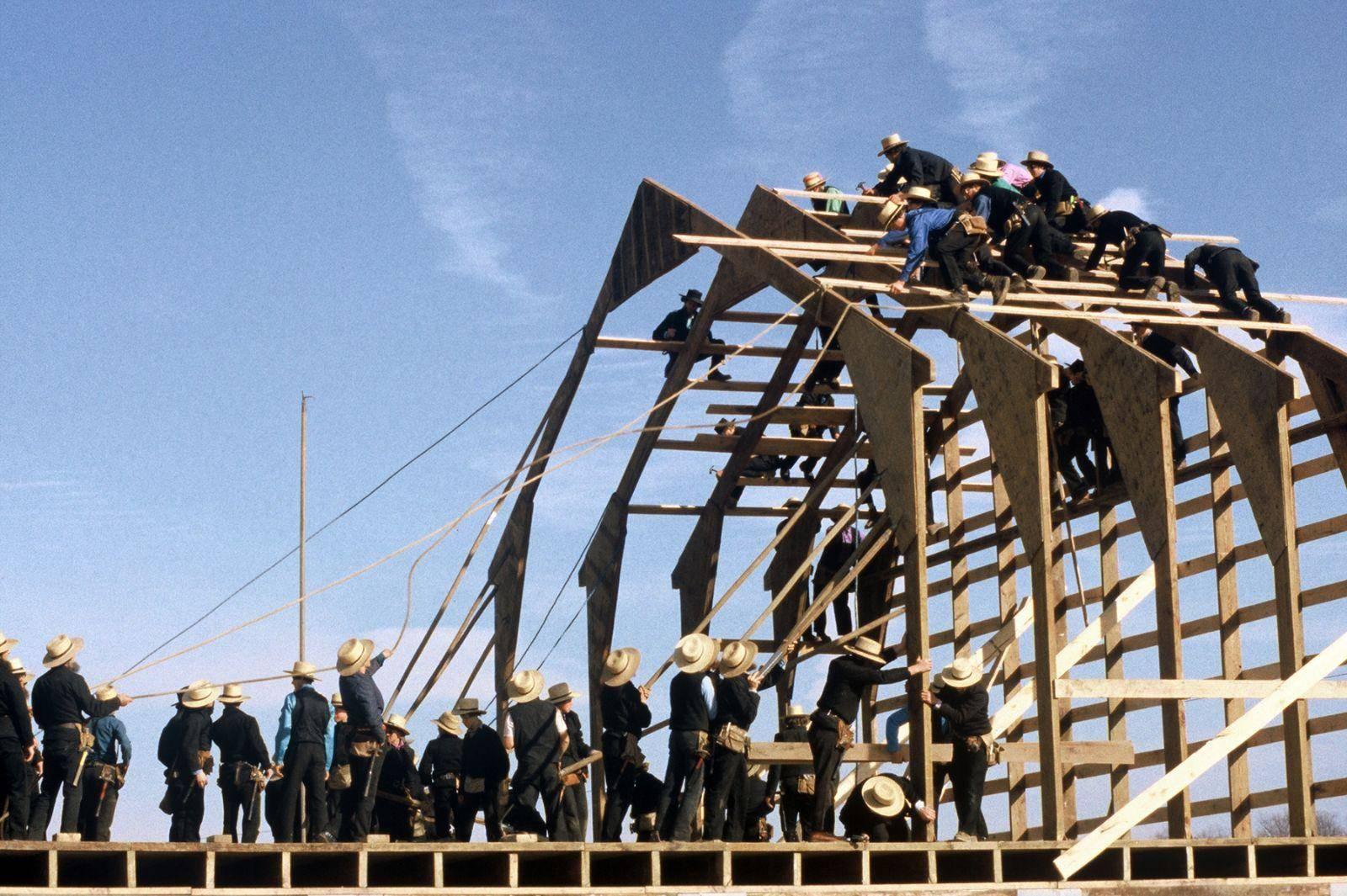 """مجموعة من أتباع طائفة """"أميش"""" البروتستانتية يشتركون في تشييد مزرعة في الولايات المتحدة. (DiscoverLancaster.com / Terry Ross)"""