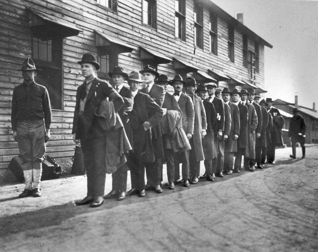 مجموعة من المتطوعين تصطف للإنخراط في الجيش الأمريكي في عام 1917.