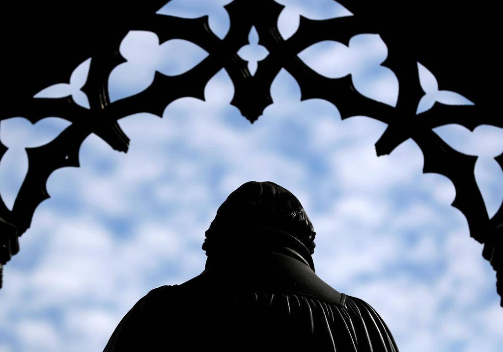 在宗教改革的发源地维滕贝格,路德的塑像看守着集市广场。(Keystone)