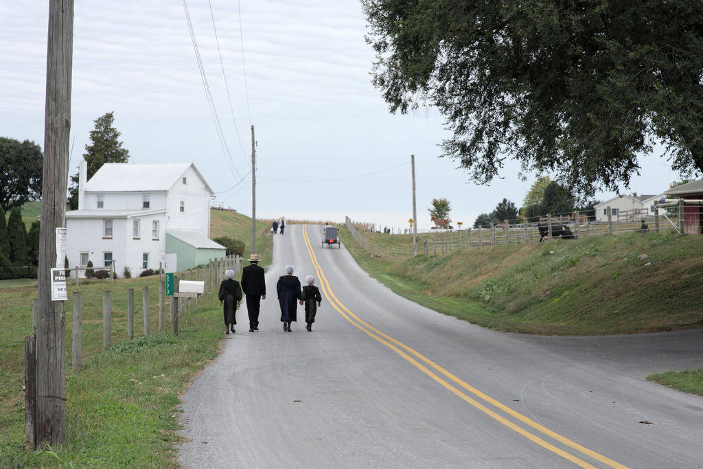 村の教会に向かうアーミッシュの家族(tim@timcragg.com)