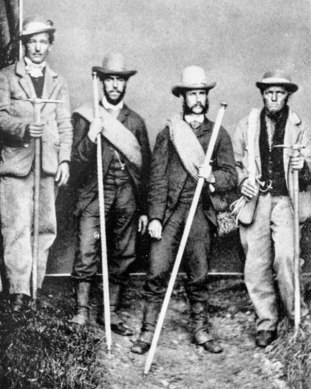 Peter Taugwalder Filho, à esquerda, e Peter Taugwalder Pai, à direita, com clientes antes de escalar o Mont Blanc em 1866.
