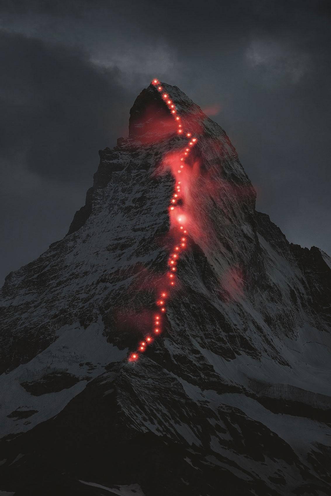 灯照亮了2015年7月8日星期三晚在瑞士策马特著名的马特宏峰山上的第一次上升的路径。