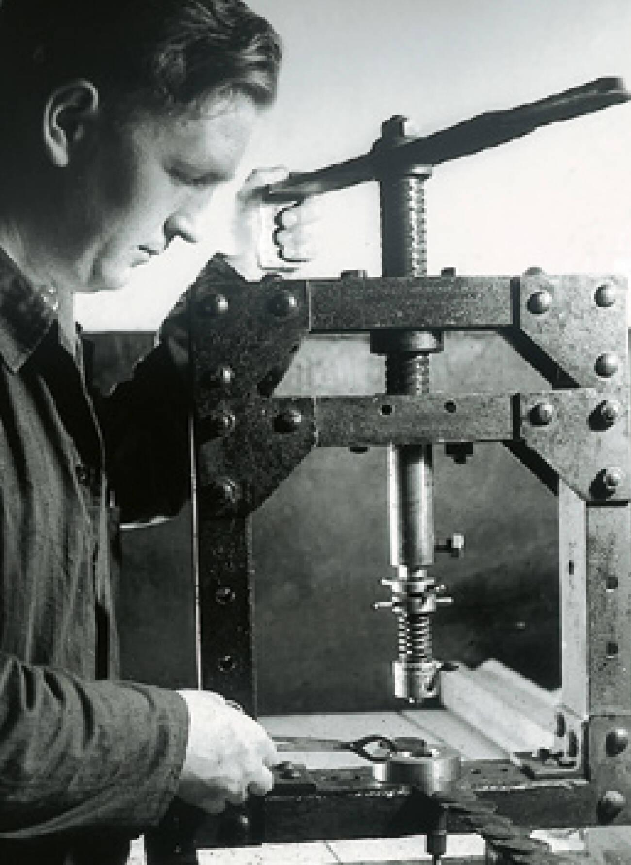 Herstellung der ersten Dichtungen auf einer Spindelpresse, 1929