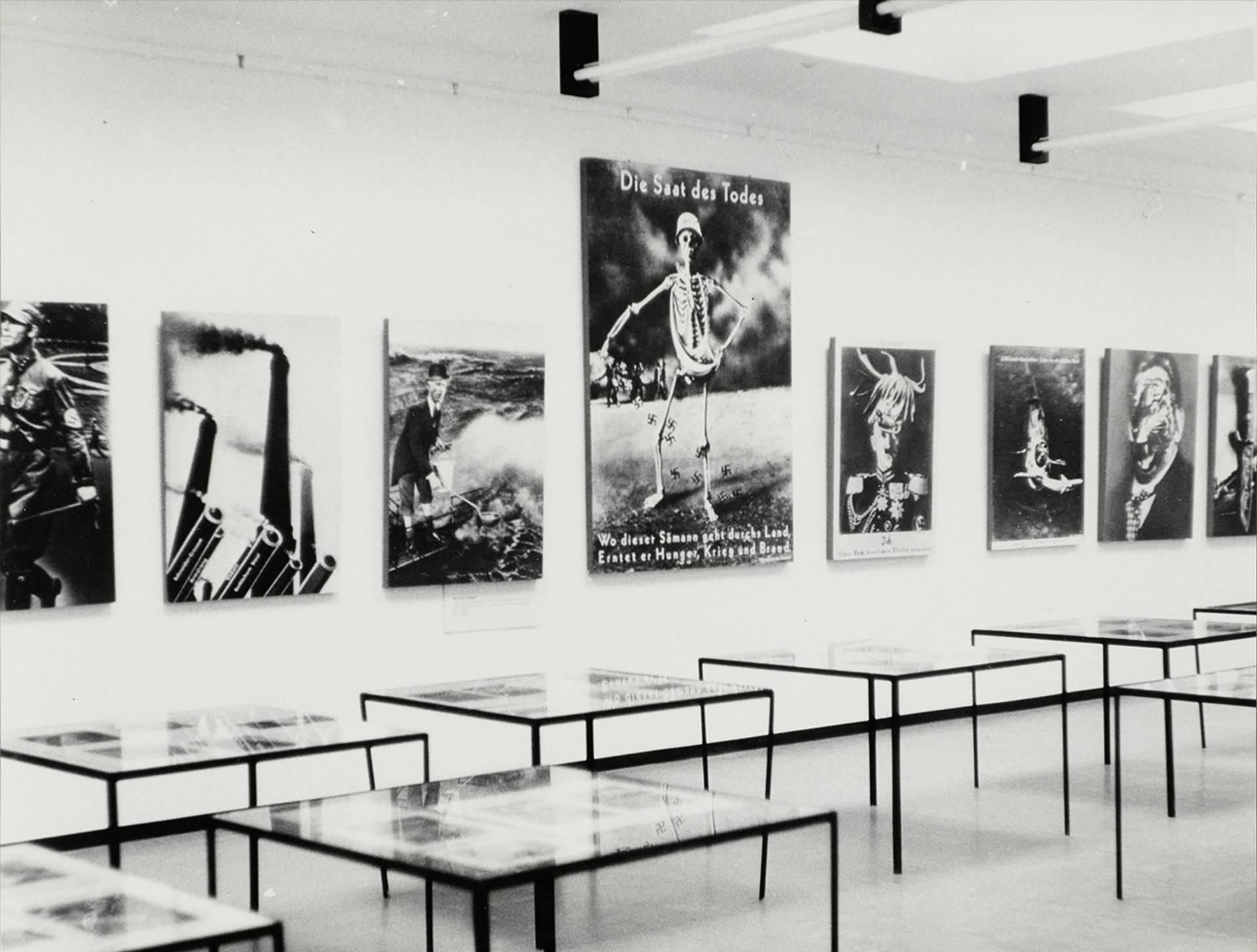 """Heartfield-Ausstellung """"Der Punkt aufs I"""" im Europacenter, West-Berlin, 1966"""