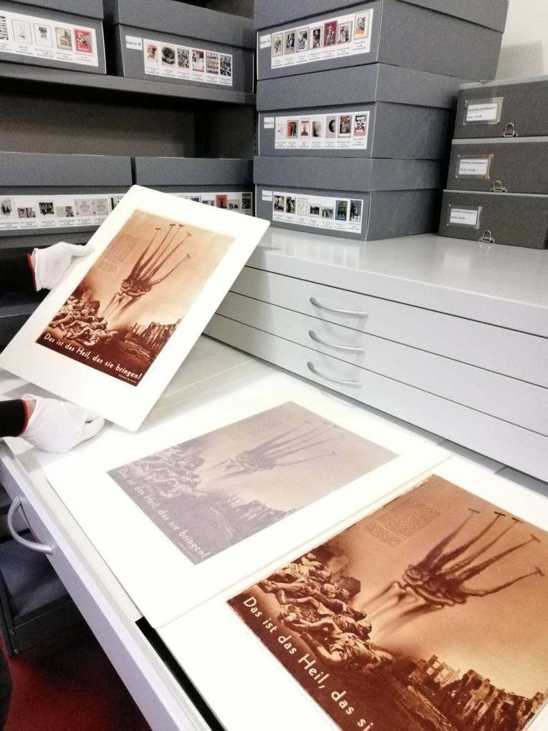 Heartfields Arbeiten im Depot der Kunstsammlung der Akademie der Künste