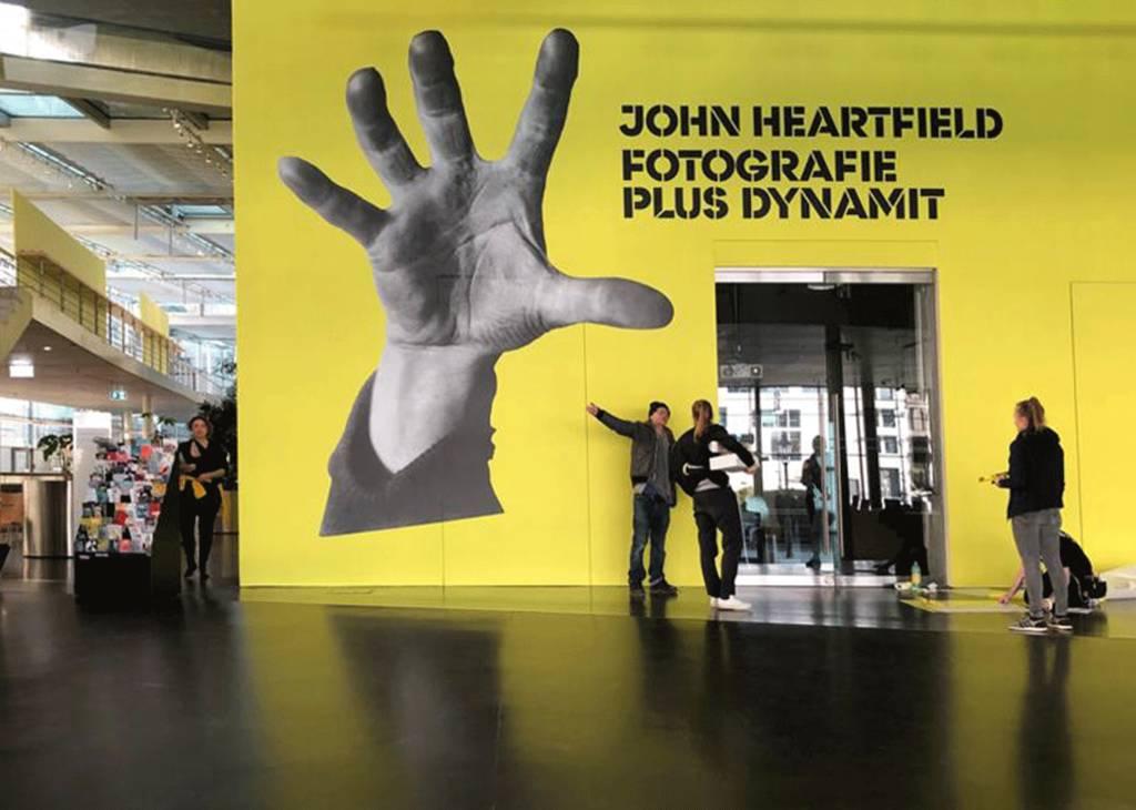 """Eingang der Ausstellung """"John Heartfield. Fotografie plus Dynamit"""" in der Akademie der Künste"""