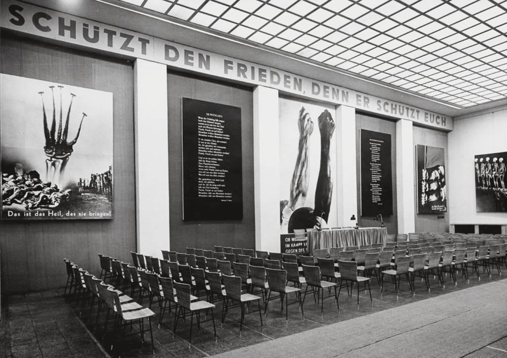 "Raumansicht aus der Ausstellung ""Im Kampf vereint"" , Berlin, 1961"