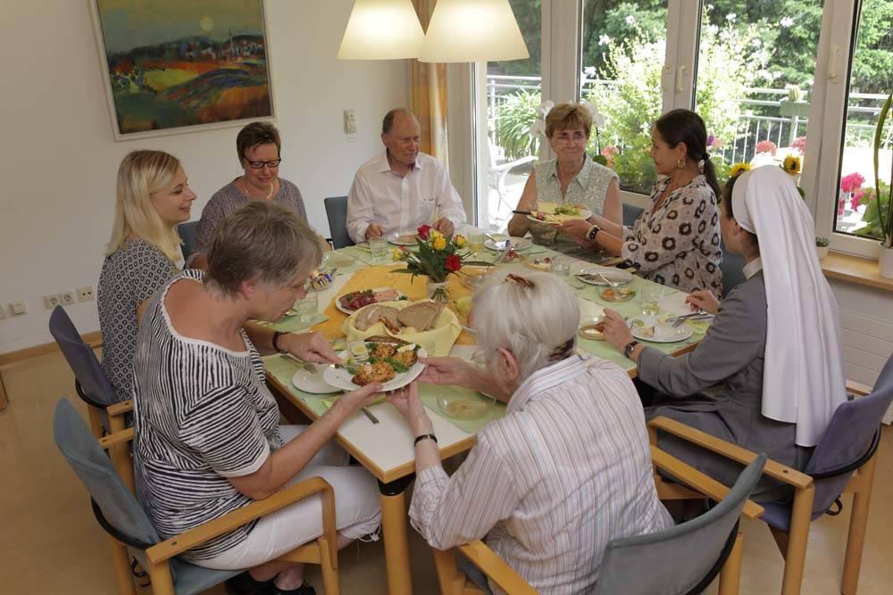 Ein gemeinsames Essen im Speiseraum (Quelle: Hospiz Karl Josef)