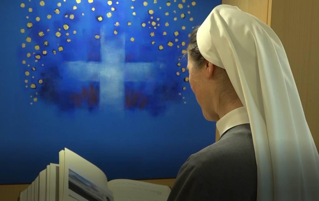 Schwester Miriana vor dem Erinnerungsbuch