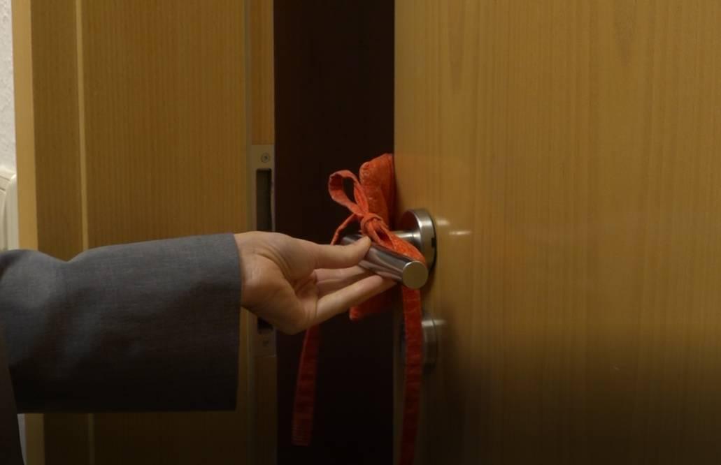 """Miriana Fuchs öffnet die Tür eines """"Gästezimmers"""""""