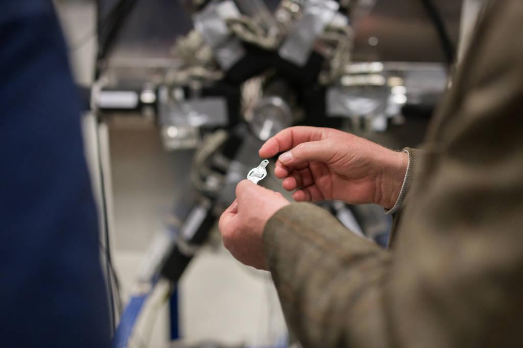 Dieses dünne Plättchen steckt eigentlich in der Mitte des Messapparats. Wenn die Protonen aus dem Teilchenbeschleuniger darauftreffen, kollidieren sie mit einzelnen Atomkernen. Die beginnen daraufhin heftig zu zittern.