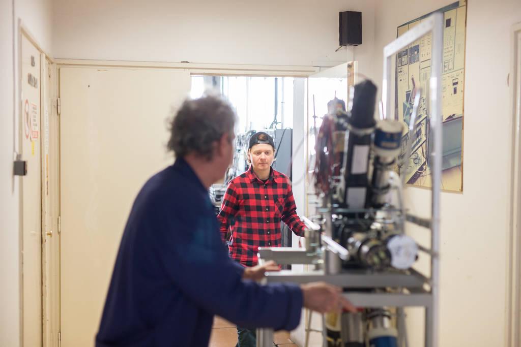 Das Spektrometer für die X17-Suche lässt sich auf Rollen von Raum zu Raum schieben.