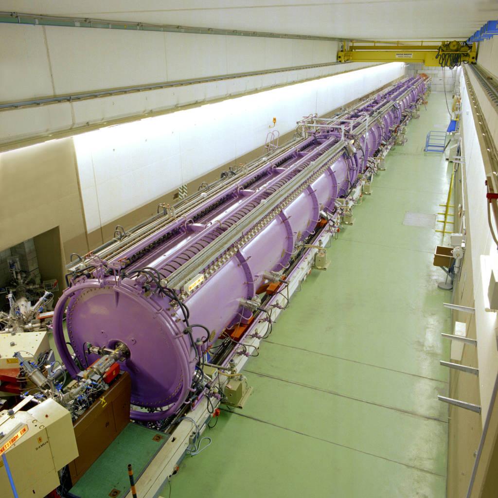 Der Darmstädter UNILAC beschleunigt seit den 1970er Jahren Atomkerne in einer geraden Linie. Immer wieder haben Physiker ihn seitdem modernisiert.