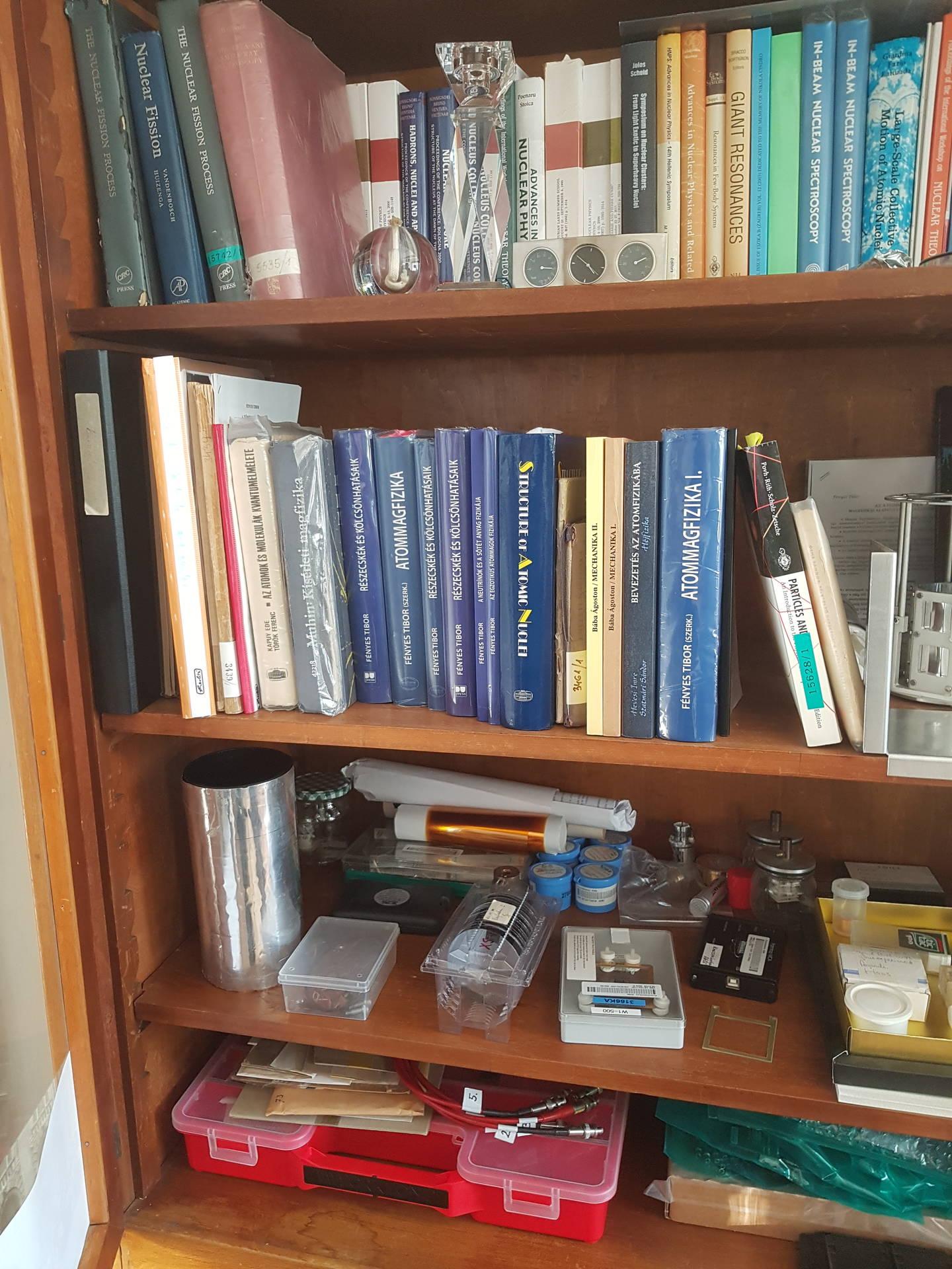 In Attila Krasznahorkays Bücherregal findet sich alles, was ein X17-Jäger braucht: ungarische und englische Fachliteratur sowie jede Menge Elektronik.