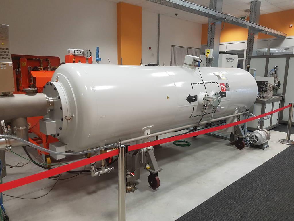 Der Tandetron-Beschleuniger am Atomki-Institut nimmt Atomkerne aus einer radioaktiven Quelle und feuert sie dann in eine Vakuumröhre.