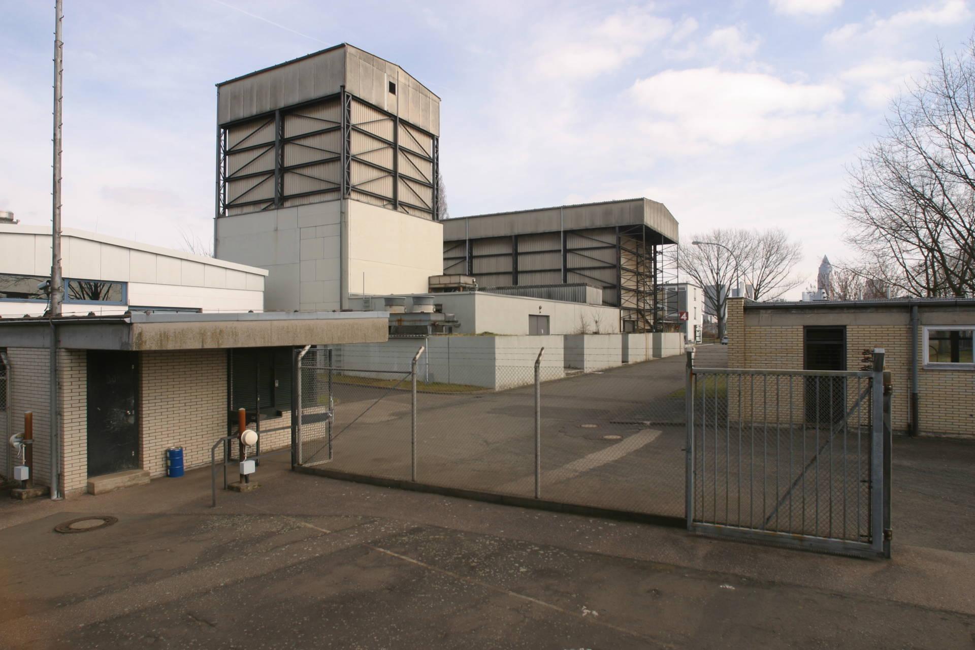 Unscheinbar und ein wenig trist: Die Beschleunigerhalle des Instituts für Kernphysik in Frankfurt am Main, in der Fokke de Boer und Kurt Stiebing nach dem neuen Teilchen suchten.