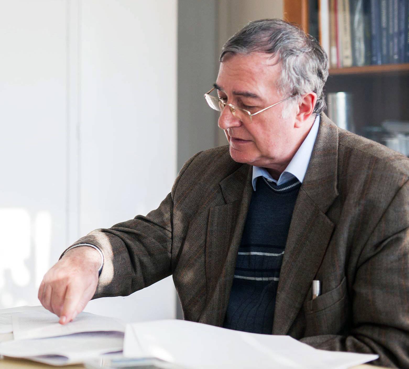 März 2020: Der Physiker Attila Krasznahorkay empfängt Besuch in seinem Büro am Atomki-Forschungsinstitut.