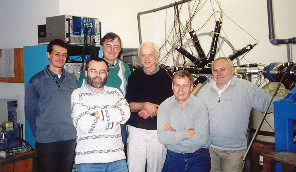 Der Niederländer Fokke de Boer (Dritter von rechts) hat Attila Krasznahorkay auf die Idee gebracht, mit einem in Deutschland gebauten Spektrometer (im Hintergrund) nach einem X-Boson zu suchen.