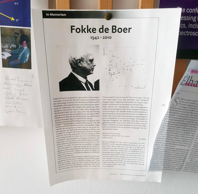 Bis heute hängt ein Nachruf auf Fokke de Boer im Gang des Atomki-Instituts in Debrecen. Rechts oben auf der Seite kann man ein Diagramm mit all den Bosonen erkennen, an die de Boer zuletzt glaubte.