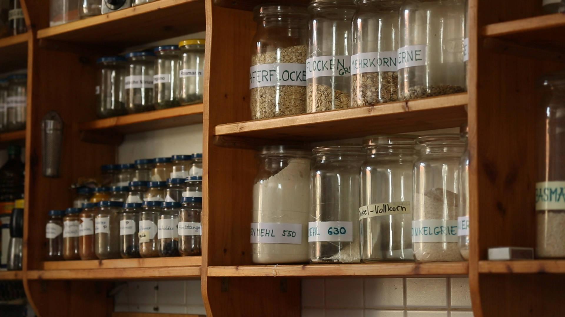 Hier werden die Kräuter und Backmischungen in Mehrweggläsern aufbewahrt