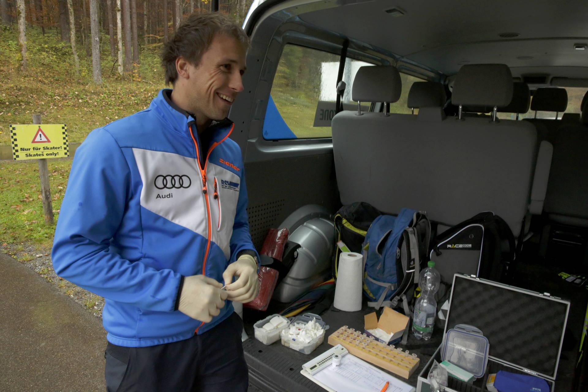 Michael Bittner, Stützpunkttrainer Skilanglauf, führt den Laktattest bei den Sportlern durch.