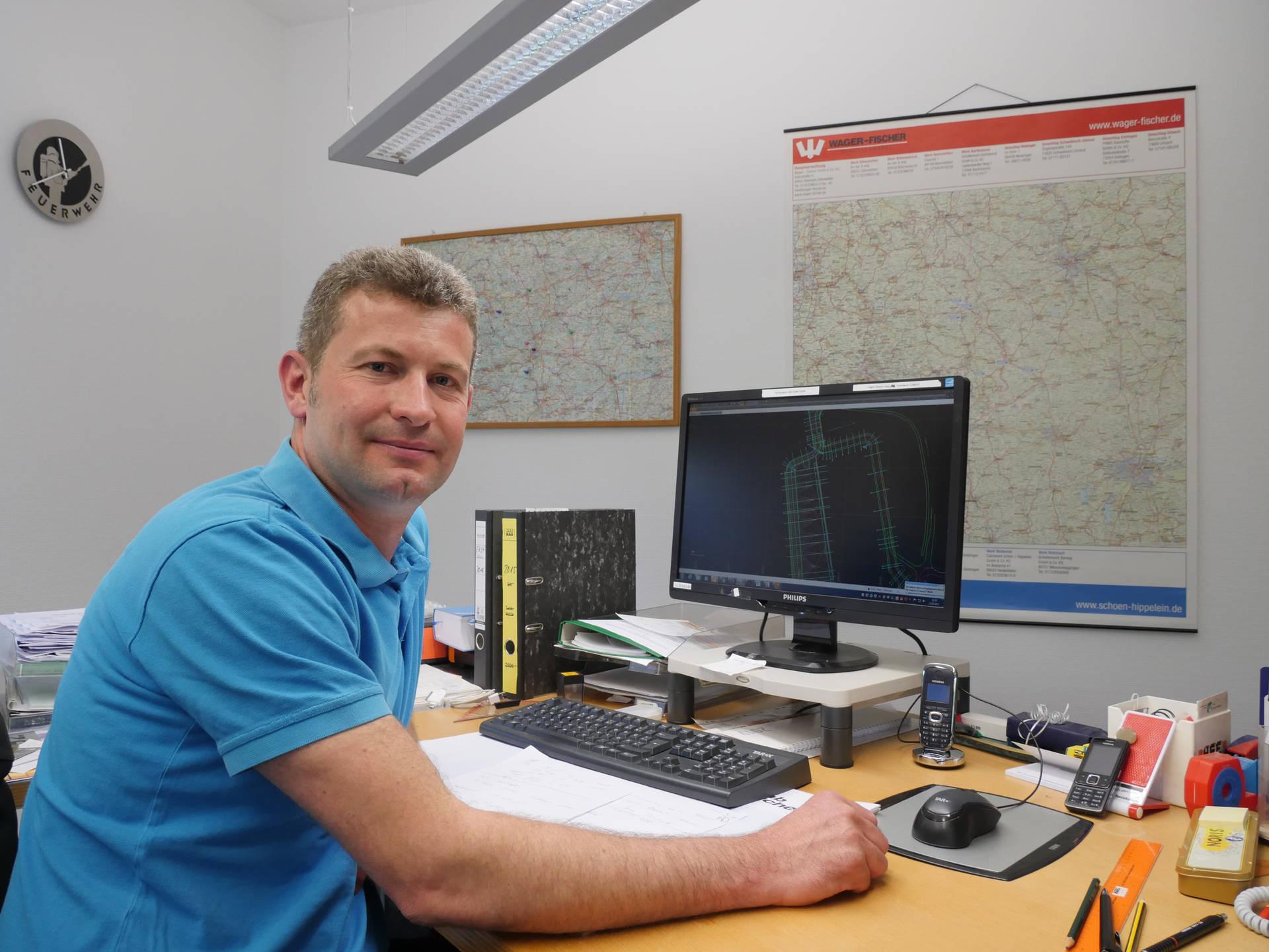 Simon Haag sieht die Zukunft im teilautonomen Fahren seiner Baumaschinen.