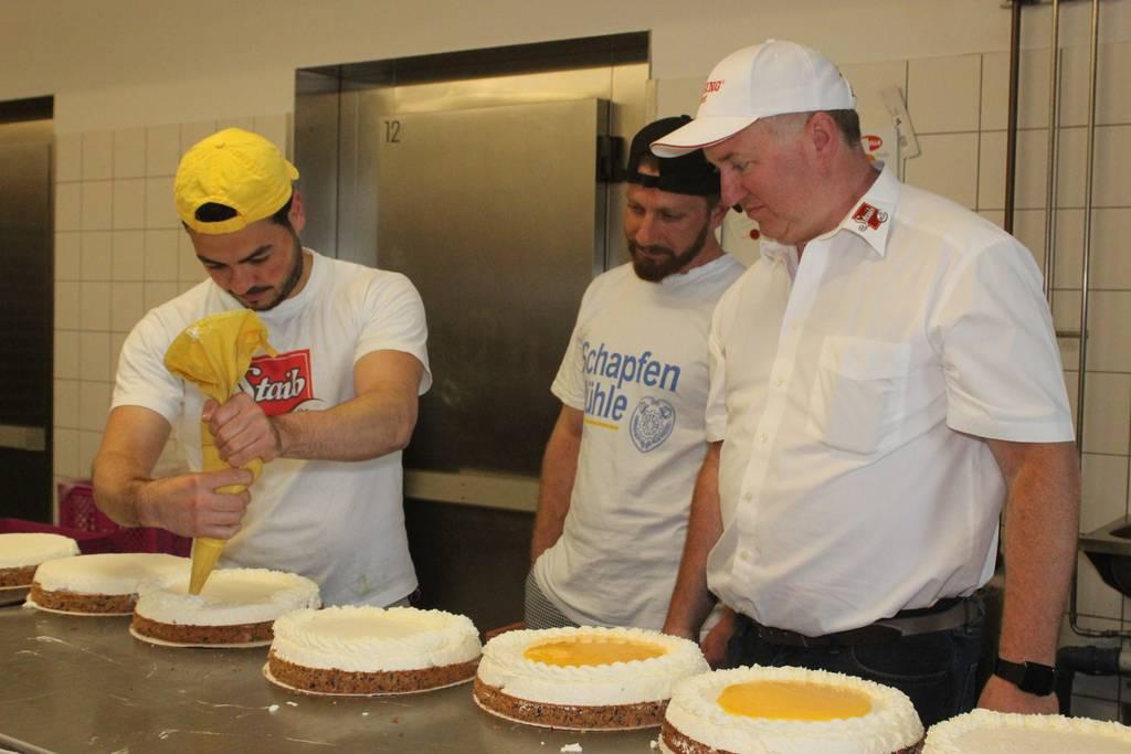 Abdalkader Dandosch und Mohamad Hallak mit Bäckermeister Marcus Staib, Geschäftsführer der Ulmer Großbäckerei Staib. Die Flüchtlinge aus Syrien arbeiten als Betriebshelfer in dem Unternehmen.