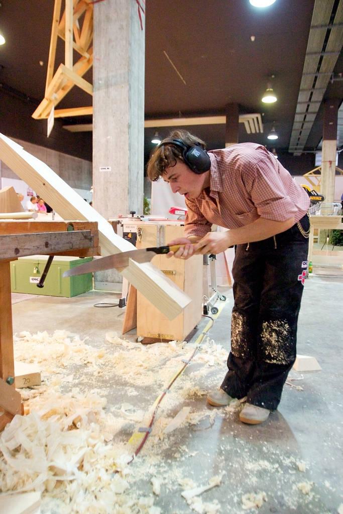 Jochen Ströhle beim Ausarbeiten eines Balkens während der WM 2003 in St. Gallen. Deutsche Zimmerer, sagt Ströhle, arbeiten mit japanischen Sägen. Die funktionieren auf Zug und nicht wie der landläufig bekannte Fuchsschwanz auf Druck.