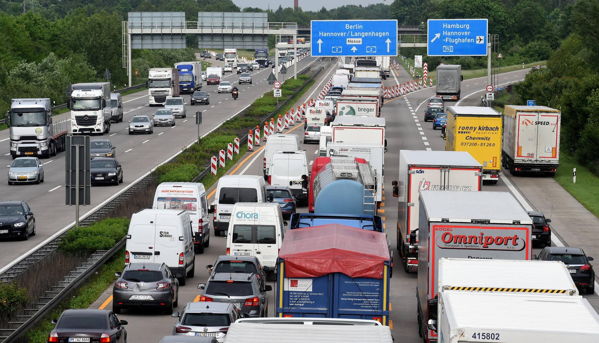 Lange Autofahrten sind anstrengend. Vor allem im Stau. (Foto: dpa)