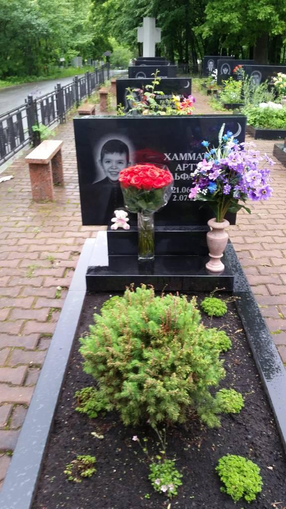 В России помнят о жертвах катастрофы. Спустя много лет на могилах погибших лежат живые цветы. Фото: Зульфат Хамматов