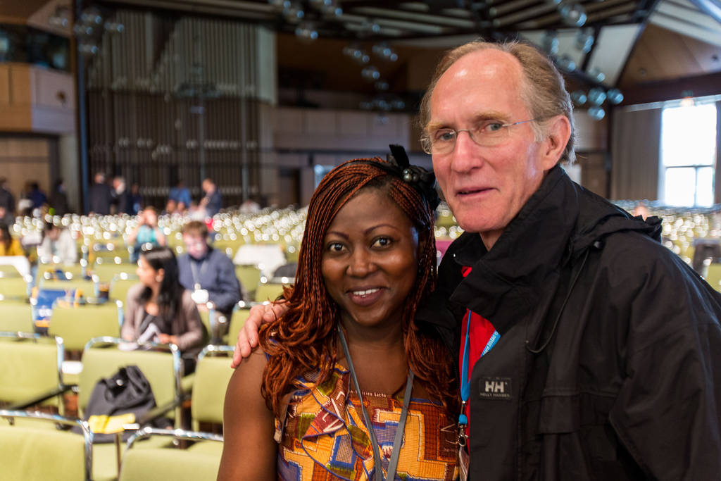 Ein Selfie mit einem Nobelpreisträger? Peter Agre, der den Nobelpreis 2003 in Chemie bekommen hat, hat nichts dagegen.