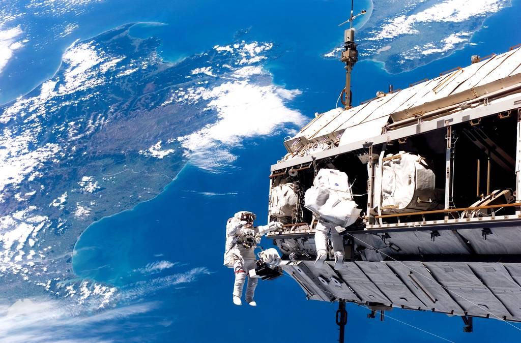 """""""Weltraum-Spaziergänge"""" sind alles andere als ein """"Spaziergang"""", sondern extrem anstrengend und auch nicht ganz ungefährlich. Aber vor allem sind sie faszinierend."""